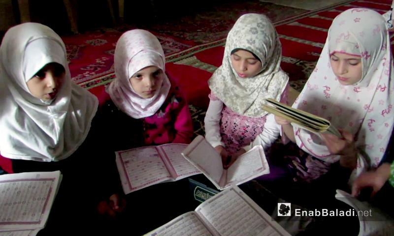 """فتيات يتعلمن """"القرآن الكريم"""" في مسجد في إدلب - تشرين الأول 2016 (عنب بلدي)"""