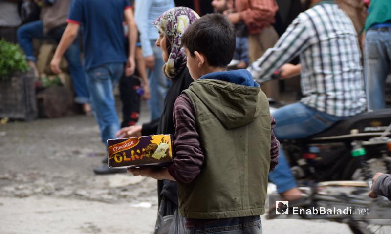 """طفل سوري يبيع """"البسكويت"""" في مدينة حلب - تشرين الأول 2016 (عنب بلدي)"""