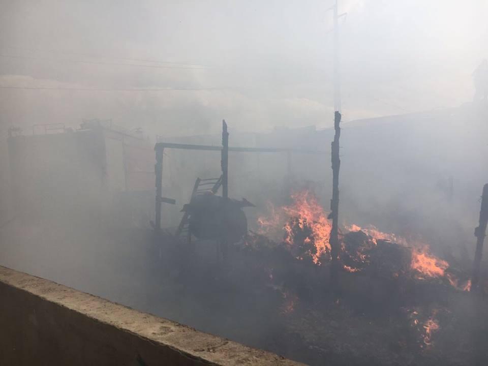 خيم محترقة داخل مخيم الفيضة للاجئين السوريين في لبنان - 16 تشرين الثاني 2016 (الدفاع المدني اللبناني)