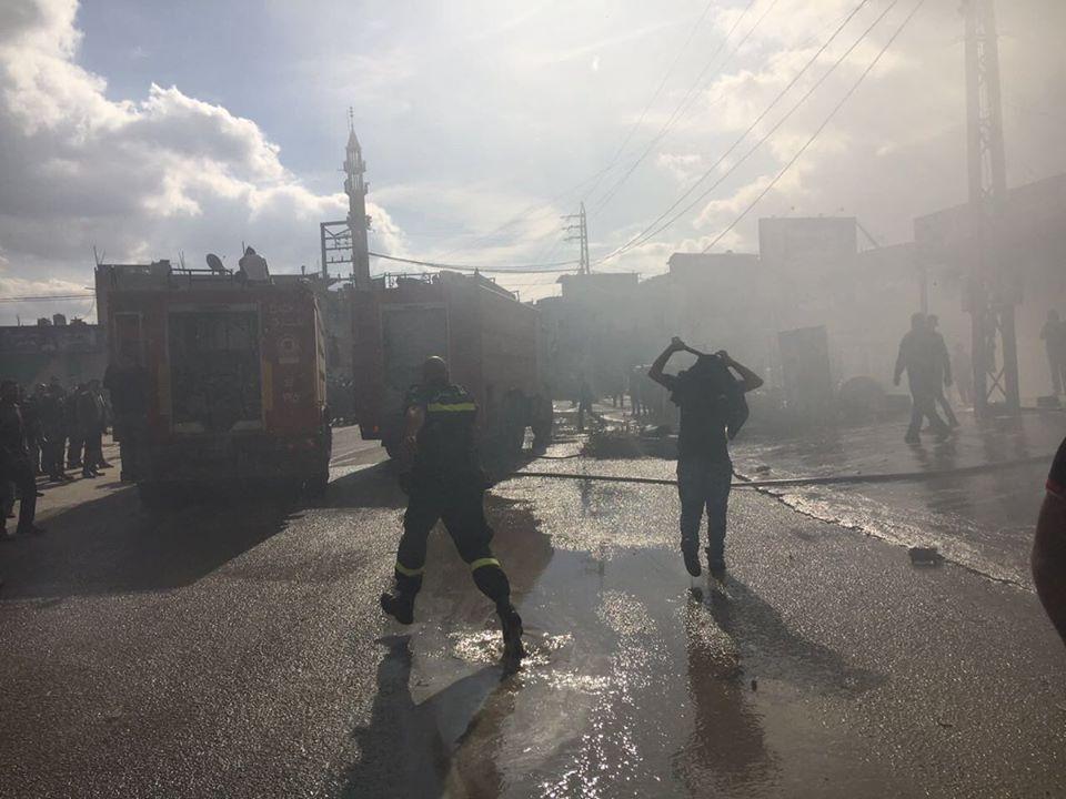 فرق الدفاع المدني تحاول إخماد الحريق داخل مخيم الفيضة للاجئين السوريين في لبنان - 16 تشرين الثاني 2016 (الدفاع المدني اللبناني)