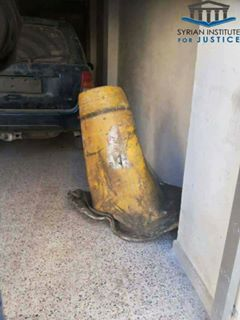 """جزء من الصاروخ الذي كتب عليه اسم شركة """"الباحة"""" الأردنية في حلب (المعهد السوري للعدالة)"""