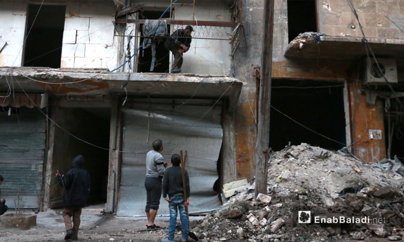 رجال يتفقدون البيوت في محاولة للبحث عن ناجين في حي الشعار بحلب - 17 تشرين الثاني 2016 (عنب بلدي)