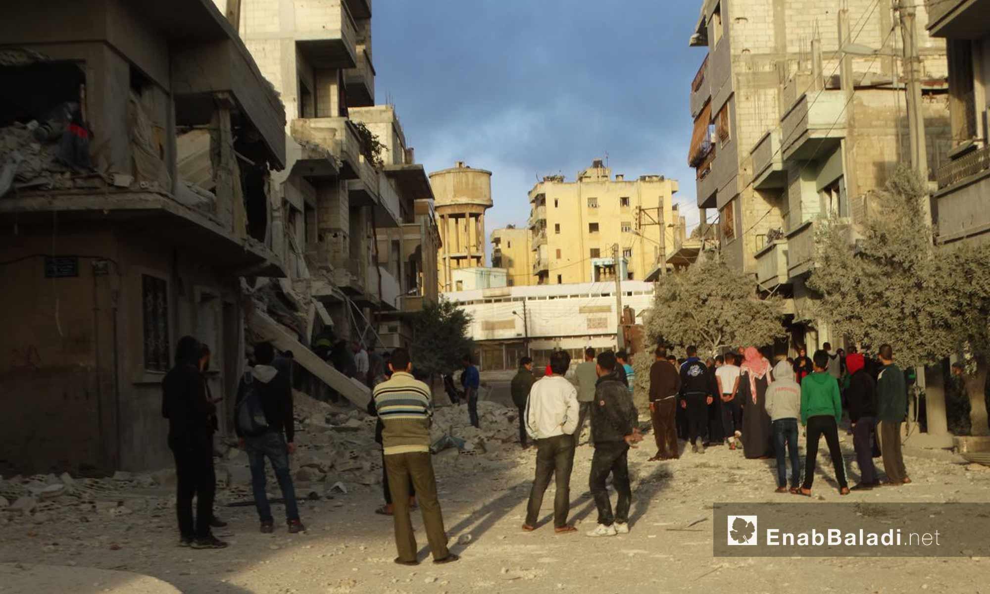 الأهالي في شوارع حي الوعر بين الدمار بعد قصفه من قبل قوات الأسد- 16 تشرين الثاني 2016 (عنب بلدي)