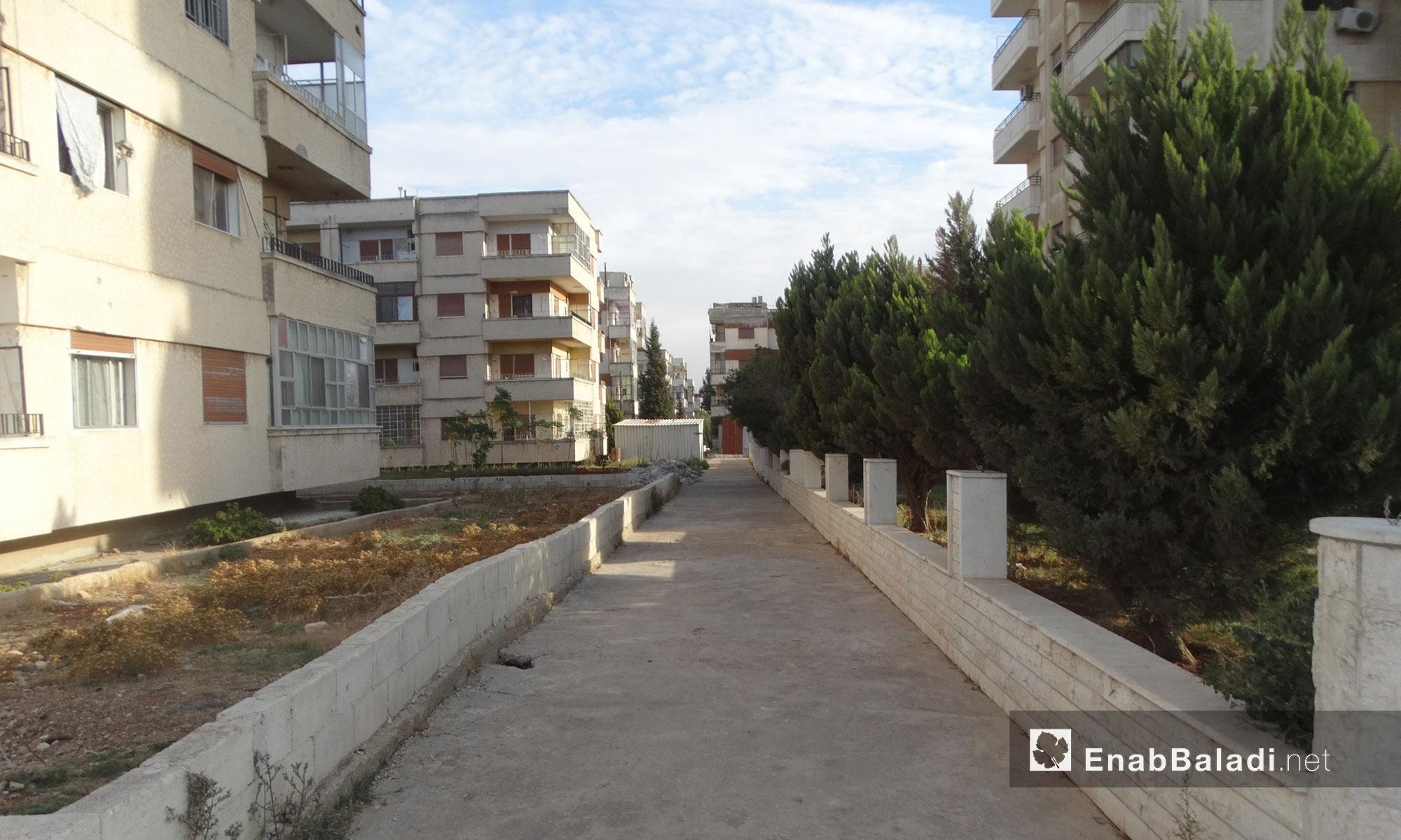 شوارع حي الوعر المحاصر في حمص فارغة من السكان بعد أيام من القصف - 20 تشرين الثاني 2016 (عنب بلدي)