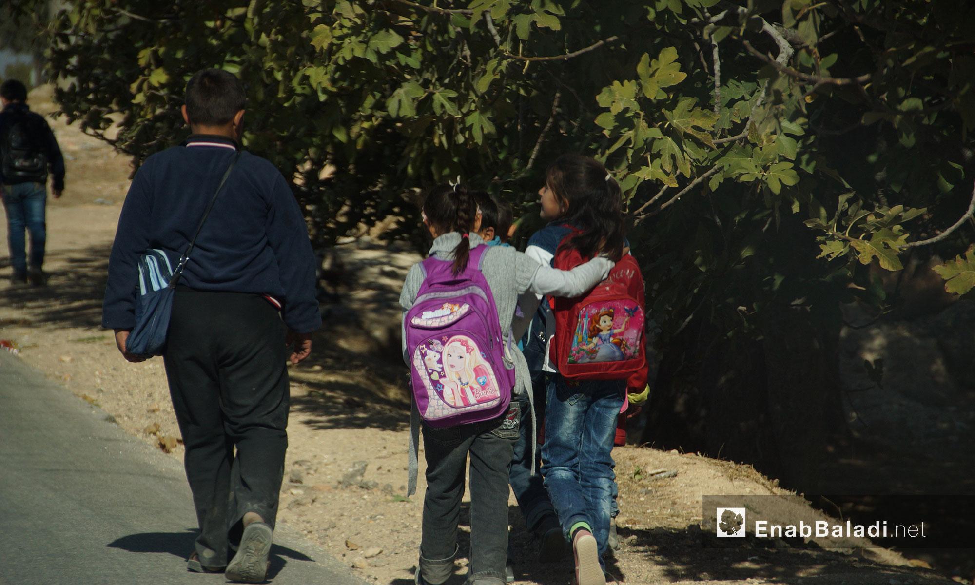 طلاب مدرسة في بلدة التمانعة في ريف إدلب الجنوبي - 24 تشرين الثاني 2016 (عنب بلدي)