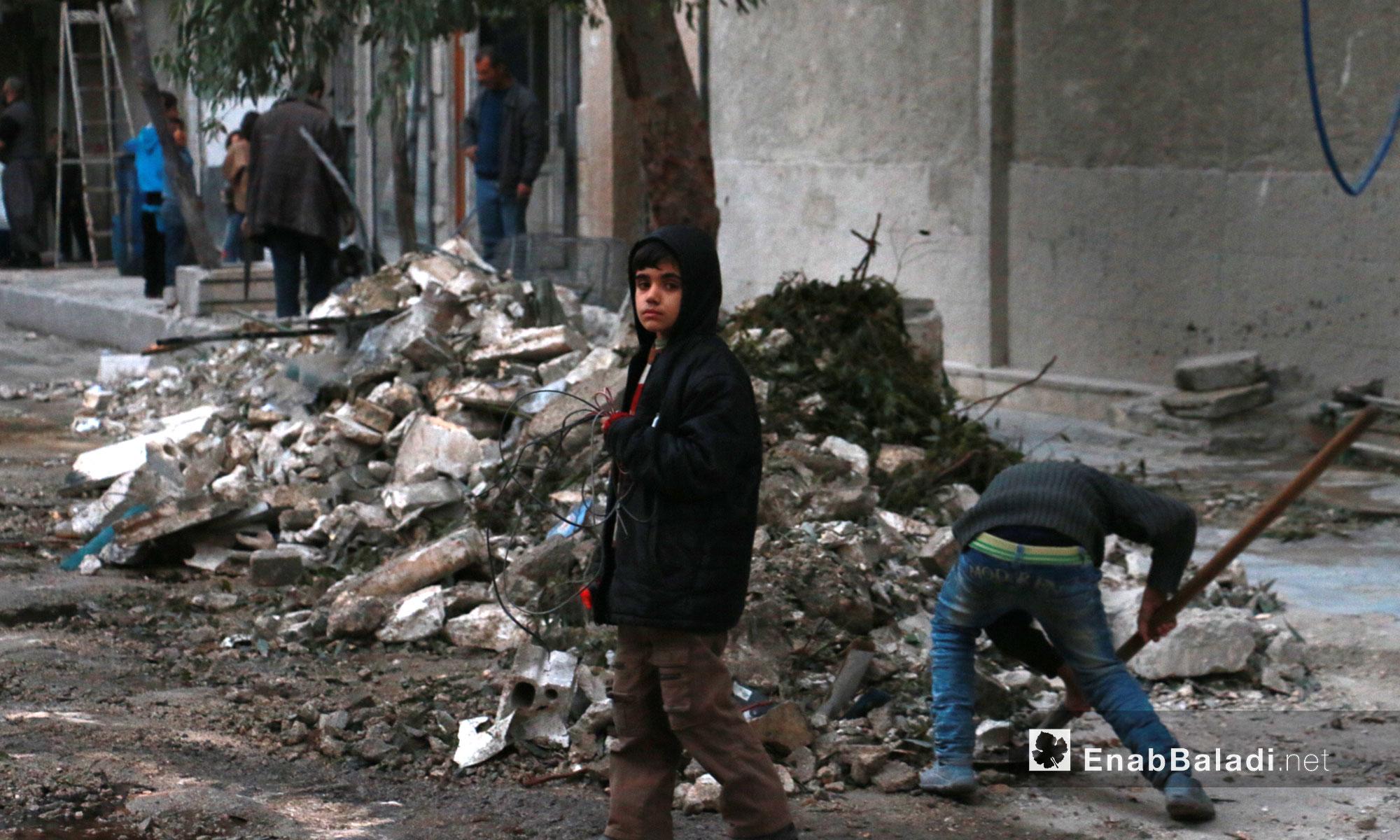 أطفال ينظفّون ركام القصف في حي الشعار بحلب - 17 تشرين الثاني  2016 (عنب بلدي)أطفال ينظفّون ركام القصف في حي الشعار بحلب - 17 تشرين الثاني  2016 (عنب بلدي)