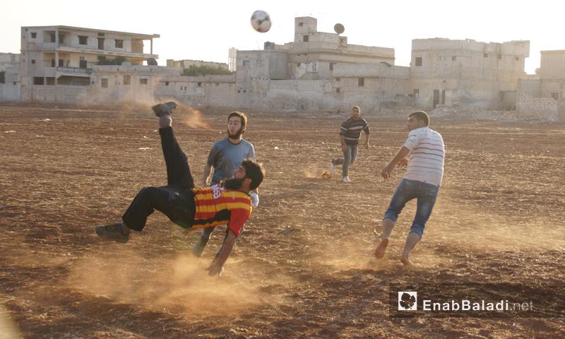 نشاط رياضي في ريف إدلب على ملعب ترابي - تشرين الثاني 2016 (عنب بلدي)