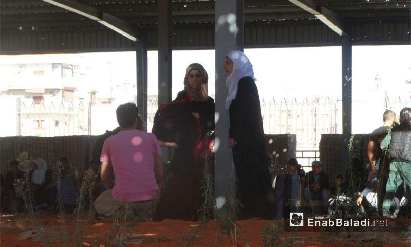 نساء حي الوعر ينتظرون الخروج إلى ريف حمص الشمالي - أيلول 2016 (عنب بلدي)