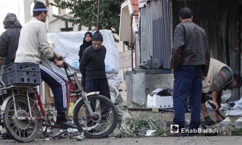 أهالي حي الوعر يقفون بين الدمار إثر قصفه - 16 تشرين الثاني 2016 (عنب بلدي)