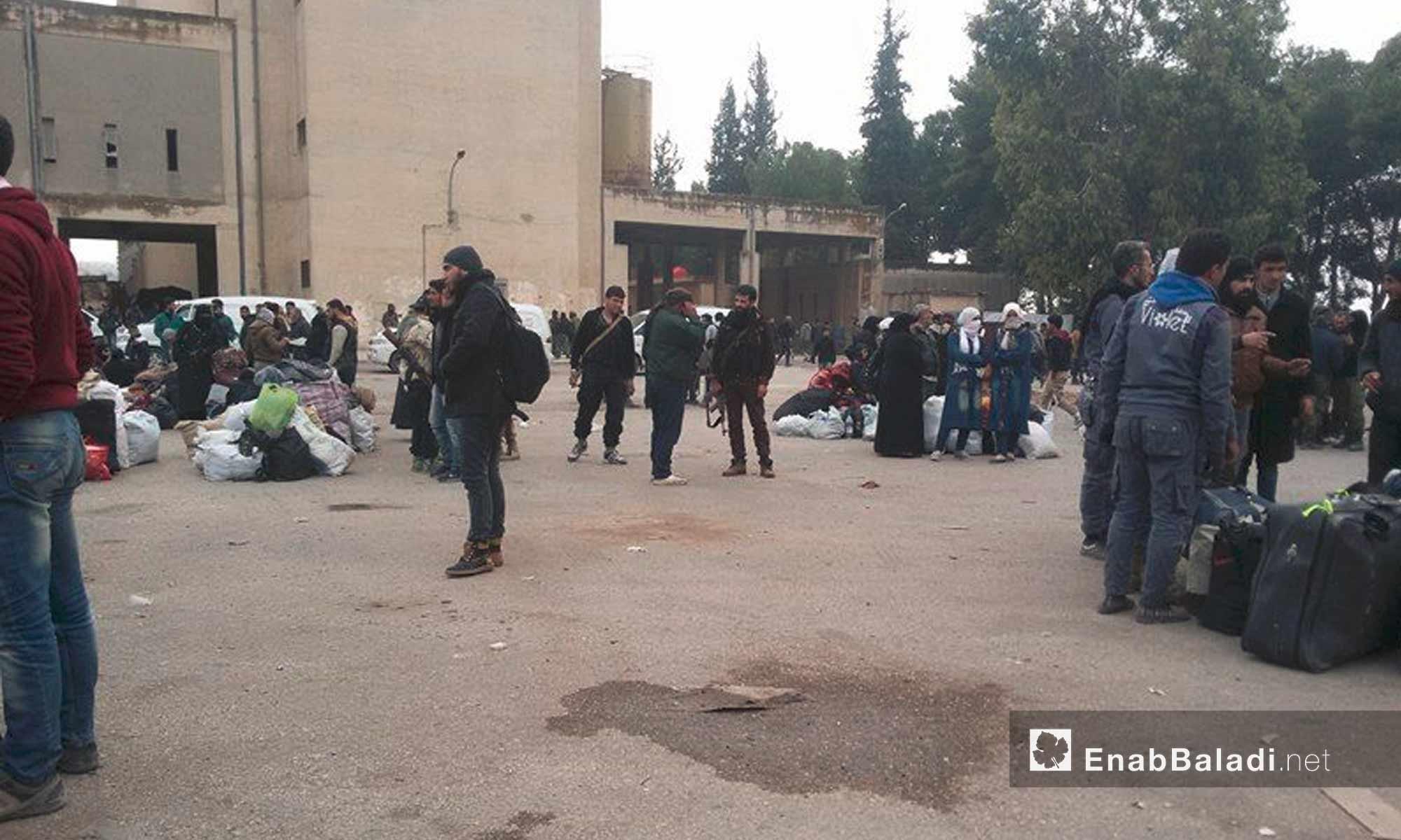 أهالي بلدتي خان الشيح وزاكية ينتظرون داخل حي قلعة المضيق في ريف حماة - 29 تشرين الثاني 2016 (عنب بلدي)