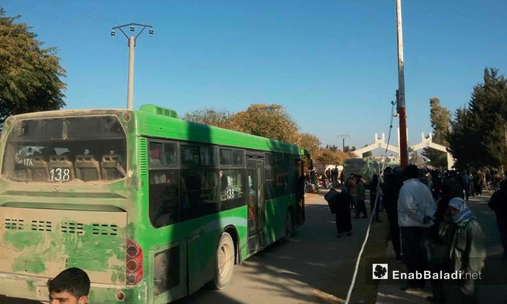 أهالي خان الشيح في ريف دمشق ينتظرون الخروج إلى ريف إدلب - 28 تشرين الثاني 2016 (عنب بلدي)