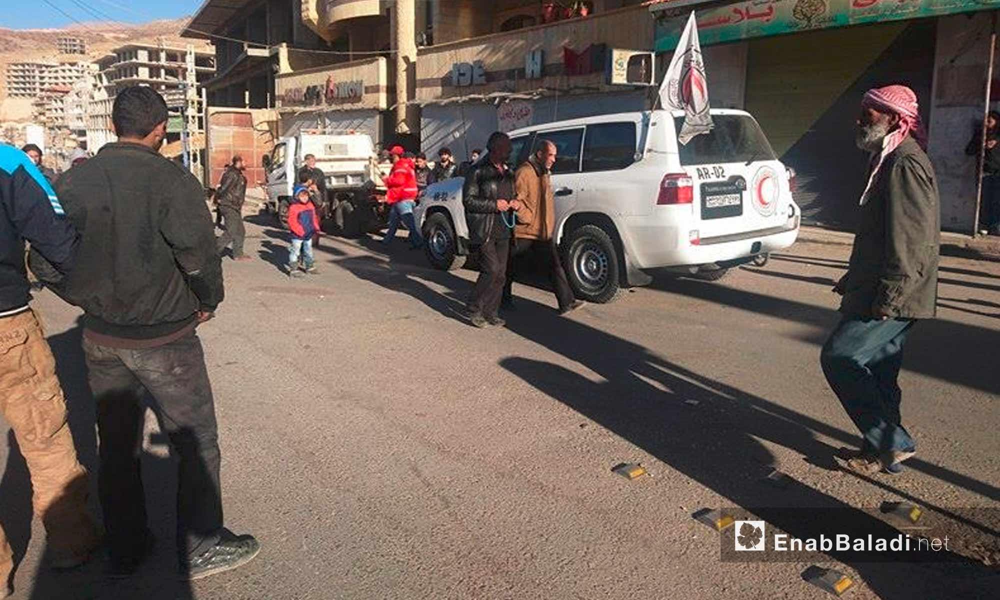 """سيارات """"الهلال الأحمر"""" داخل بلدة مضايا في ريف دمشق - 28 تشرين الثاني 2016 (عنب بلدي)"""