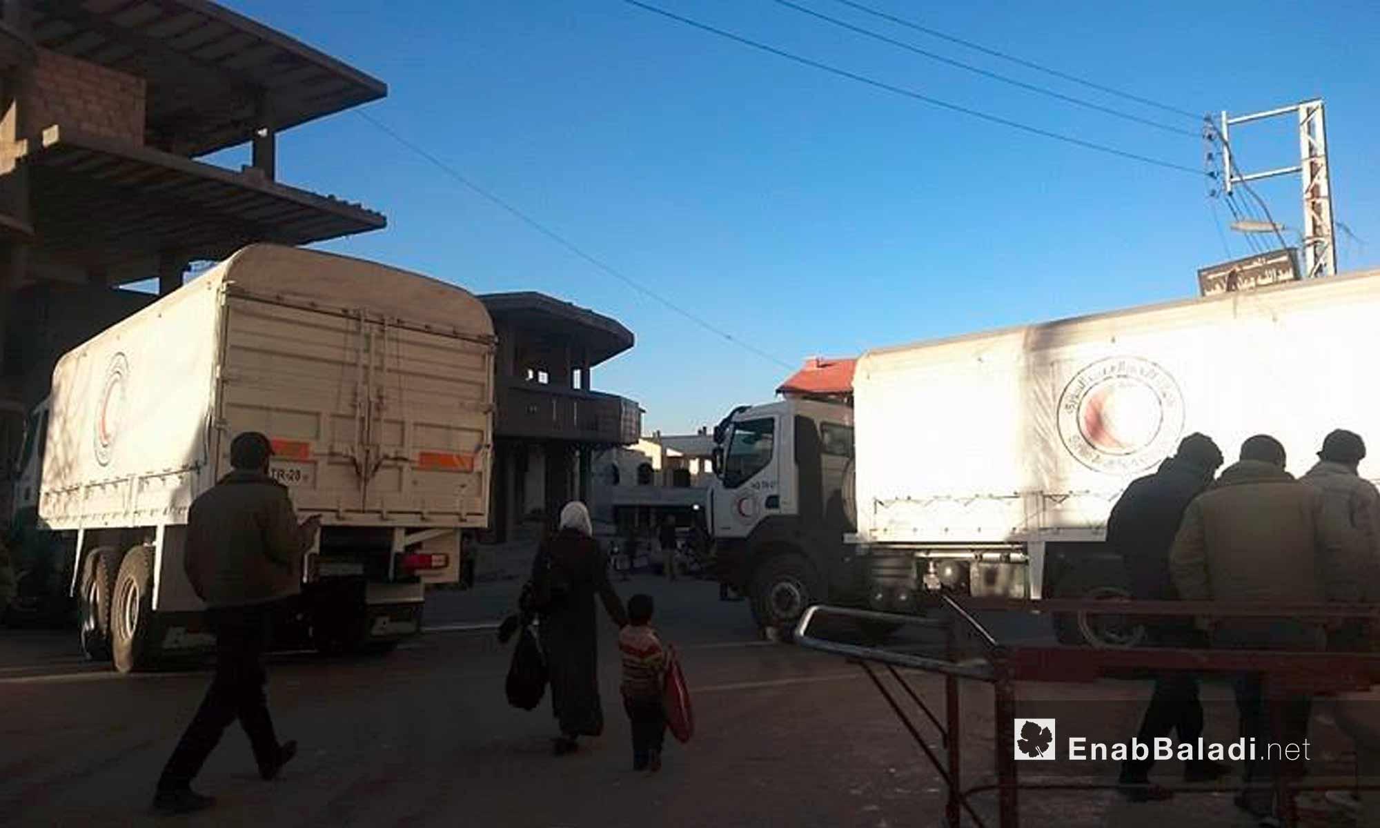 الأهالي قوب سيارات المساعدات داخل بلدة مضايا في ريف دمشق - 28 تشرين الثاني 2016 (عنب بلدي)