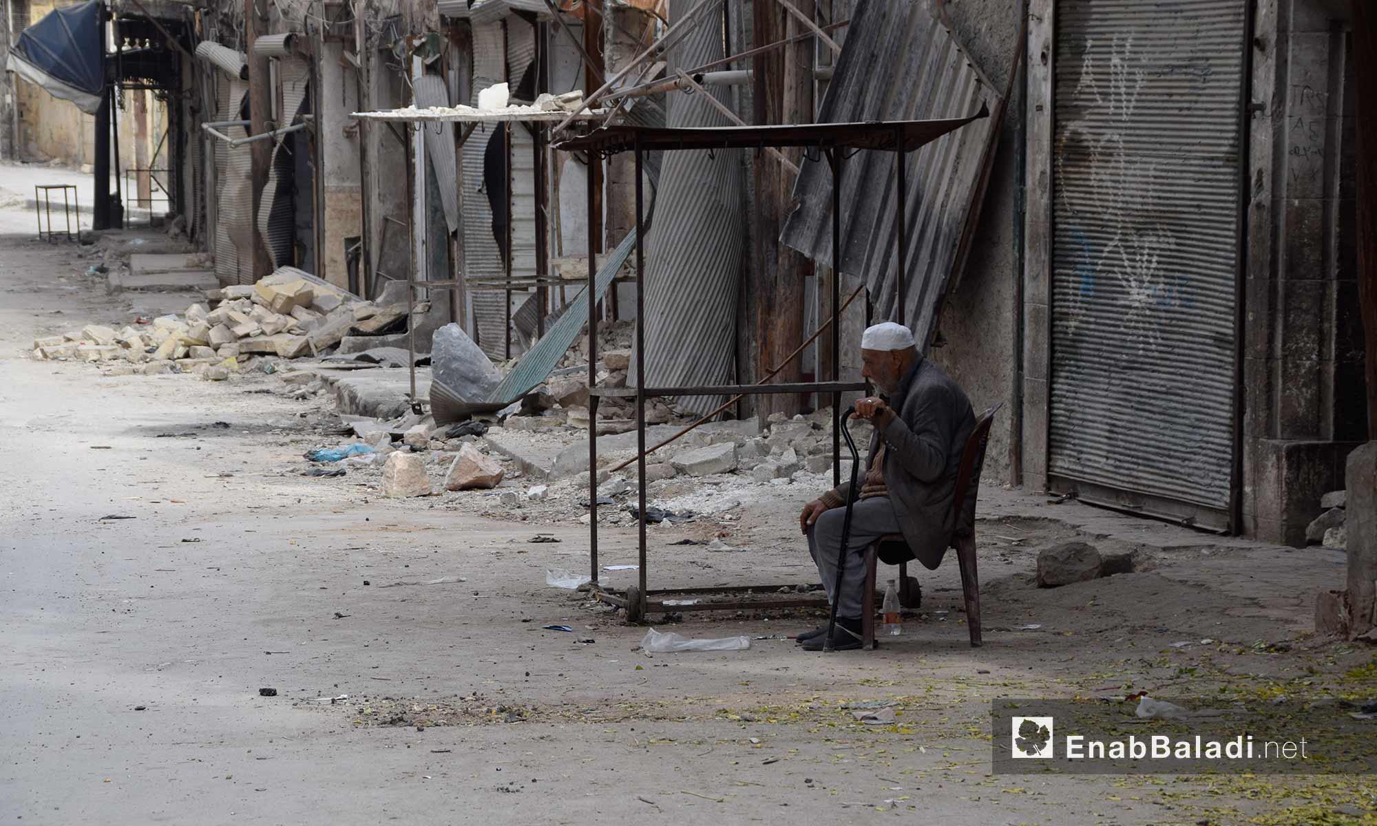 رجل يجلس وسط الدمار داخل حي قرلق في  حلب القديمة التي تسيطر عليها المعارضة، بعد أن هجره أهله وأغلقت محاله التجارية بسبب القصف والحصار - 15 تشرين الثاني 2016 (عنب بلدي)