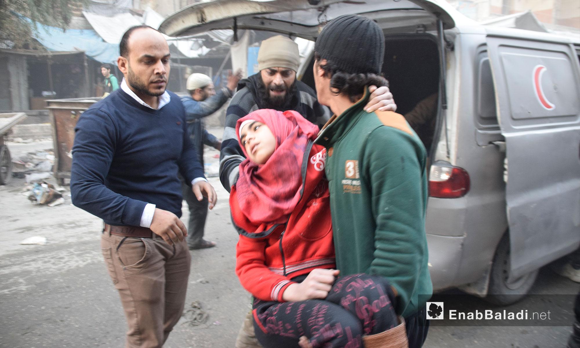 رجال يحاولون إسعاف طفلة في حي الشعار بحلب جراء الغارات الجوية - 20 تشرين الثاني  2016 (عنب بلدي)