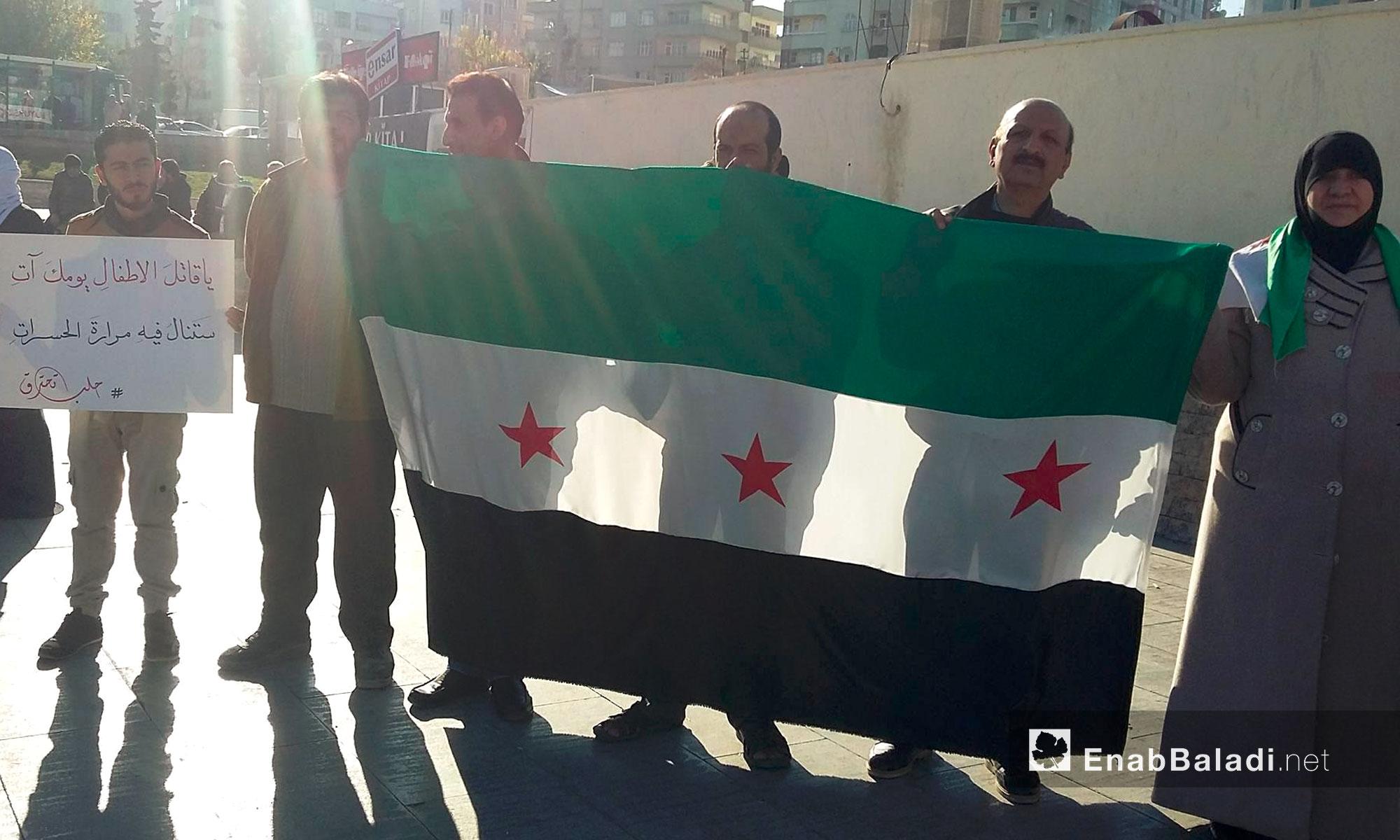 سوريون يحملون علم الثورة في مدينة أورفة التركية - 25 تشرين الثاني 2016 (عنب بلدي)