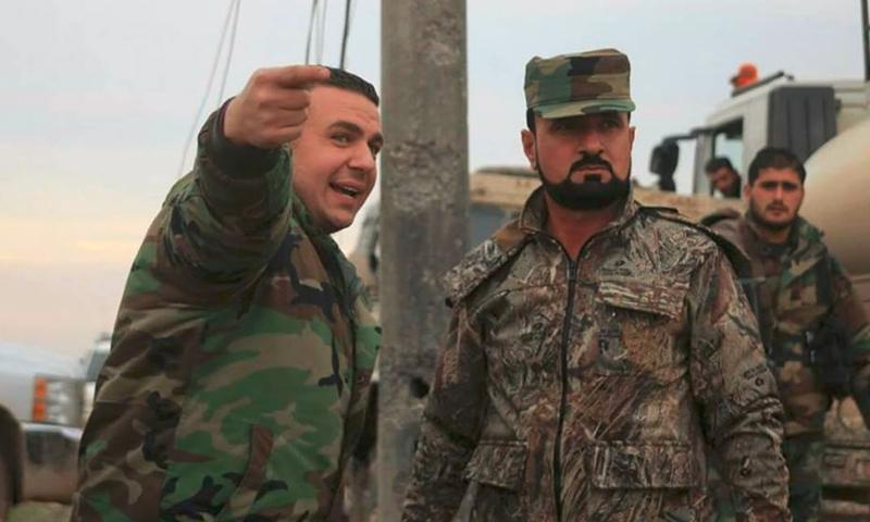 العقيد في المخابرات الجوية للنظام السوري، سهيل الحسن يمين الصورة، (فيس بوك)