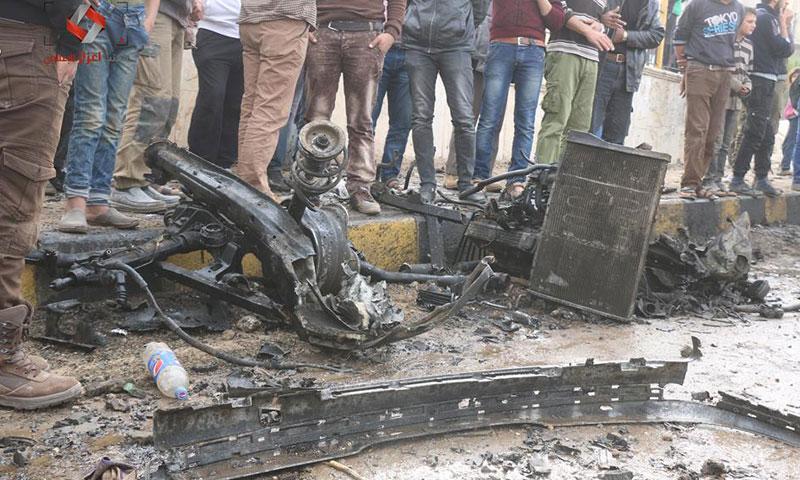 حطام السيارة المفخخة التي ضربت مدينة اعزاز- الأحد 13 تشرين الثاني (مكتب اعزاز الإعلامي)
