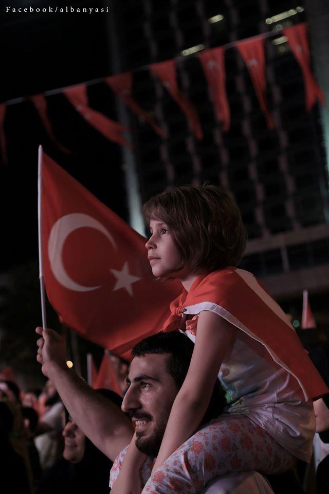 صورة محمد البانياسي ضمن أفضل 57 صورة وثقت أحداث الانقلاب الفاشل في اسطنبول (فيس بوك)