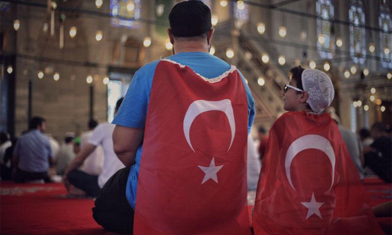 صورة علاء خويلد ضمن أفضل 57 صورة وثقت أحداث الانقلاب الفاشل في مدينة اسطنبول (فيس بوك)