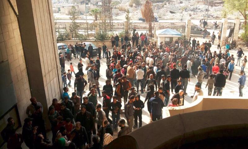 متظاهرون أمام مقر المجلس المحلي في مدينة حلب - 14 تشرين الثاني 2016 (ناشطون)
