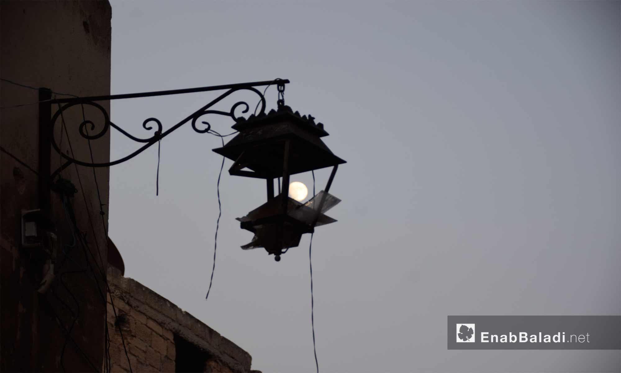 القمر قبل اكتماله في مدينة حلب - 12 تشرين الأول 2016 (عنب بلدي)