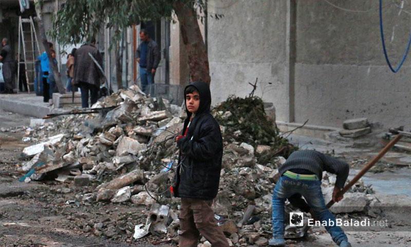 طفل بين آثار الدمار في حي الشعار بعد قصفه بالصواريخ الفراغية والبراميل - 18 تشرين الثاني 2016 (عنب بلدي)