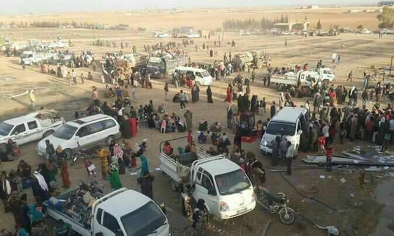 حالات النزوح من قرية الهيشة في مدينة الرقة (تويتر)