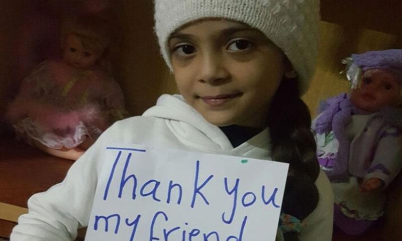الطفلة السورية المحاصرة بانا العبد تشكر المؤلفة على الهدية - (تويتر)