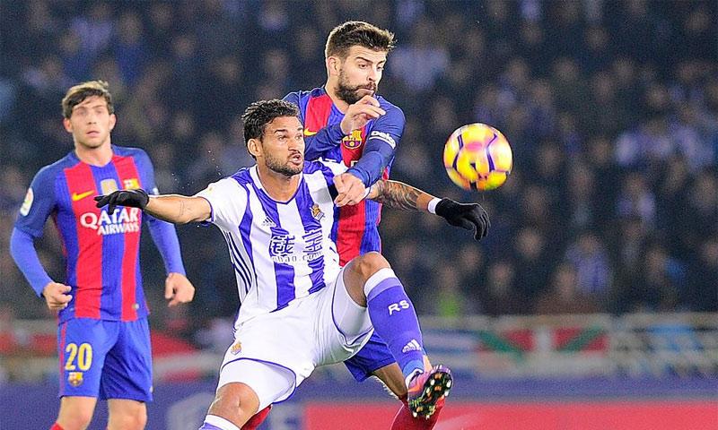 مدافع برشلونة جيرار بيكي في مواجهة مع ريال سوسيداد - الأحد 27 تشرين الثاني - (وكالات)