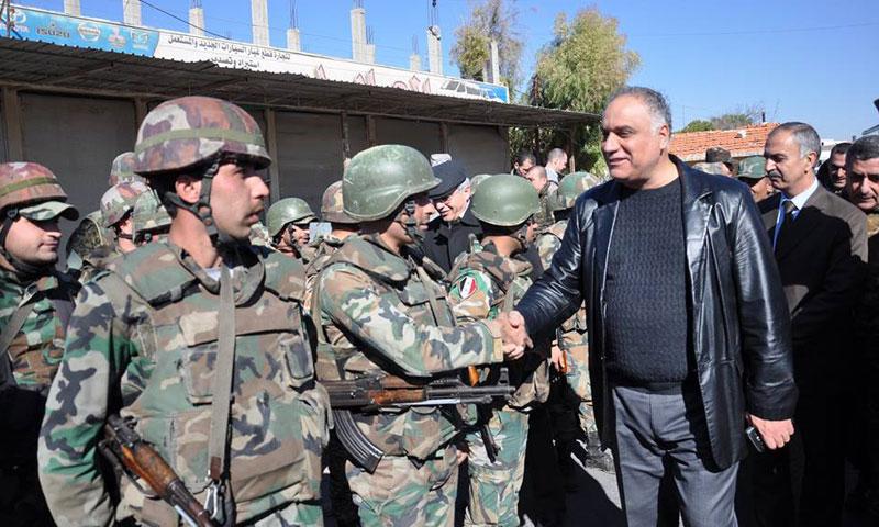 محافظ حمص طلال البرازي برفقة عدد من جنود الأسد في مدينة القصير- الأحد 27 تشرين الثاني (سانا)