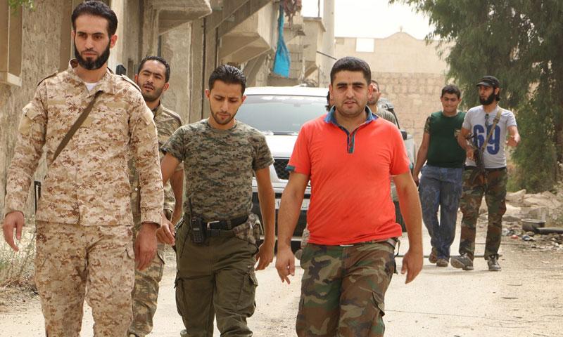 """أرشيفية- صقر أبو قتيبة، قائد تجمع """"فاستقم كما أمرت"""" (يسار الصورة)"""