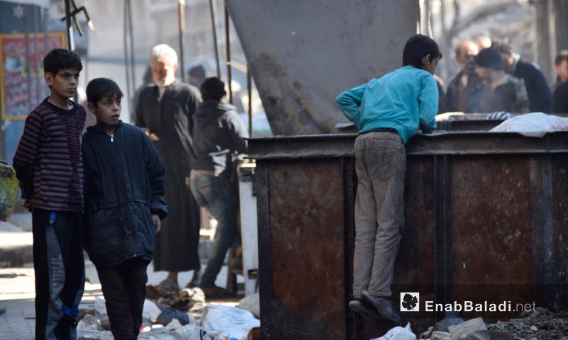 أطفال يبحثون عن فتات طعام في حي الشعار بمدينة حلب- الاثنين 21 تشرين الثاني (عنب بلدي)