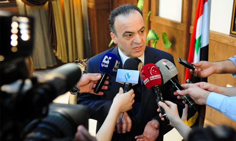 عماد خميس في مؤتمر صحفي في دمشق (إنترنت)