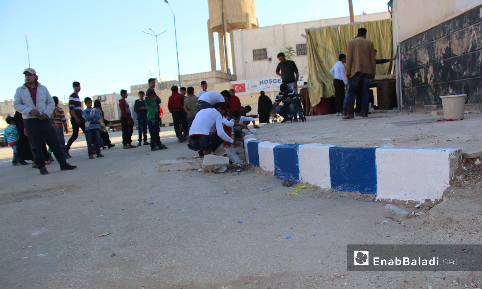 مواطنون يطلون الأرصفة بالألوان بعدما  في جرابلس كانت جدران المدينة بالأسود والأبيض - تشرين الثاني 2016 (عنب بلدي)