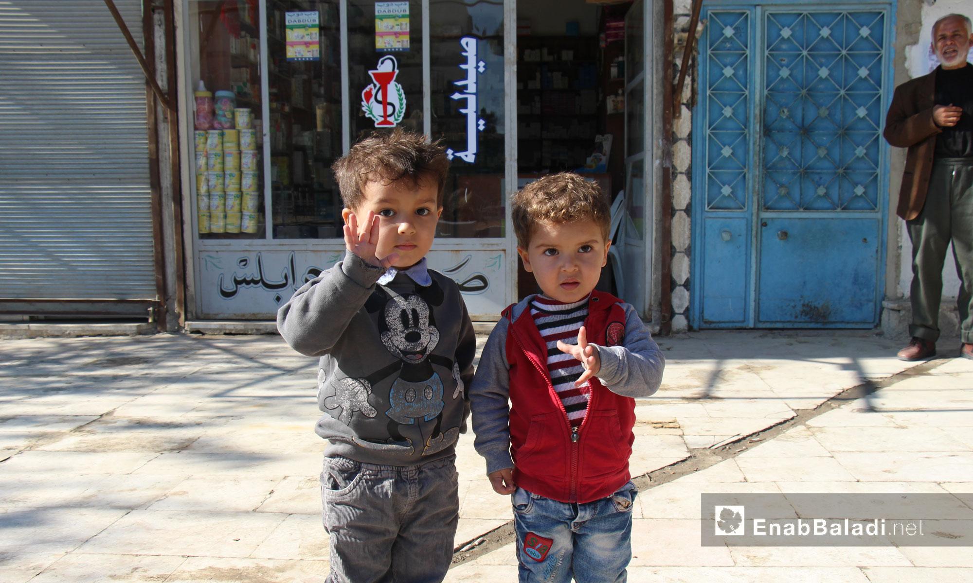 طفلان يقفان أمام صيدلية في جرابلس - تشرين الثاني 2016 (عنب بلدي)