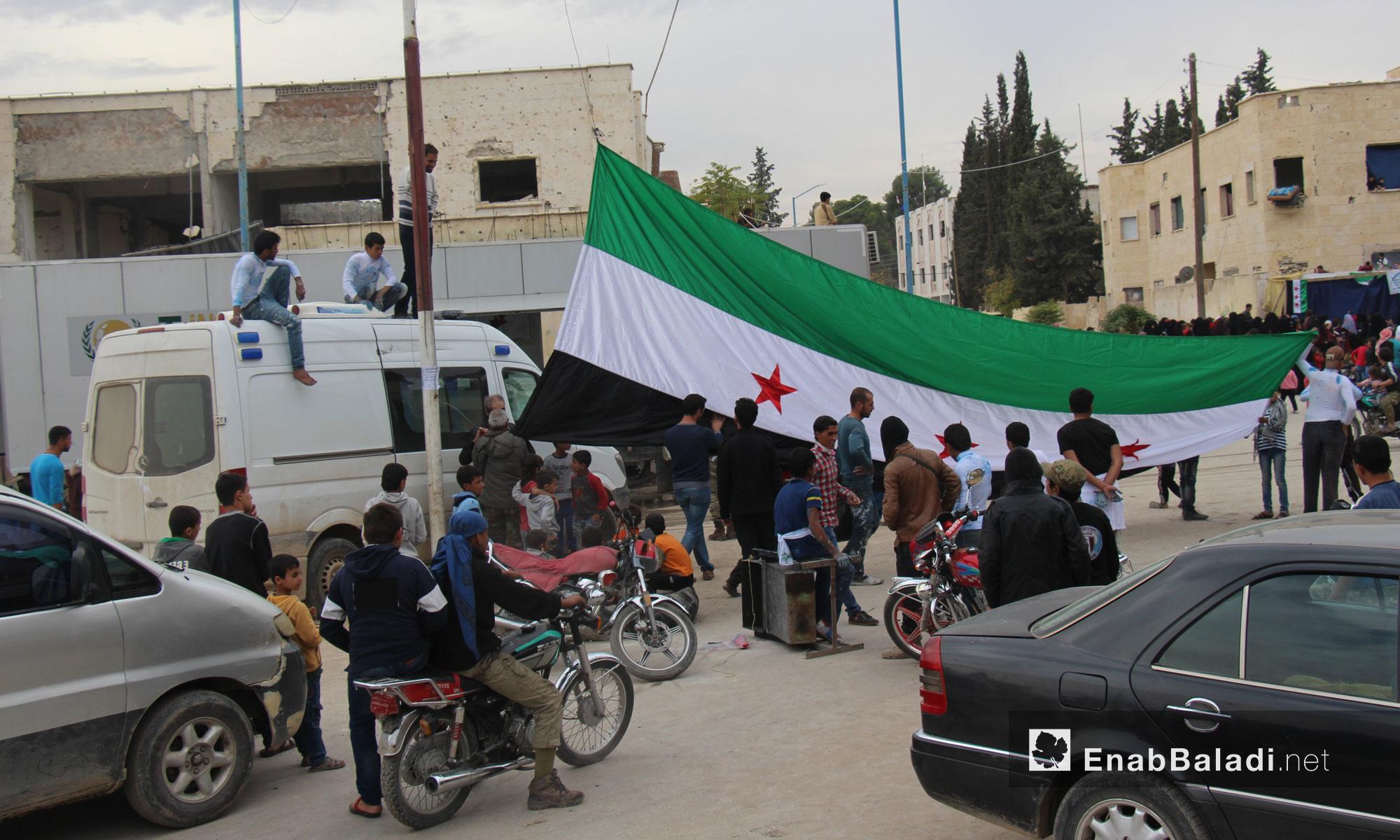 """مواطنون يرفعون علم """"الثورة السورية"""" في جرابلس - تشرين الثاني 2016 (عنب بلدي)"""