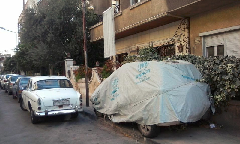 صورة تظهر أقمشة مفوضية اللاجئين تغطي سيارات في دمشق - 7 تشرين الثاني (الباحث الأمريكي سام هيلر في تويتر)