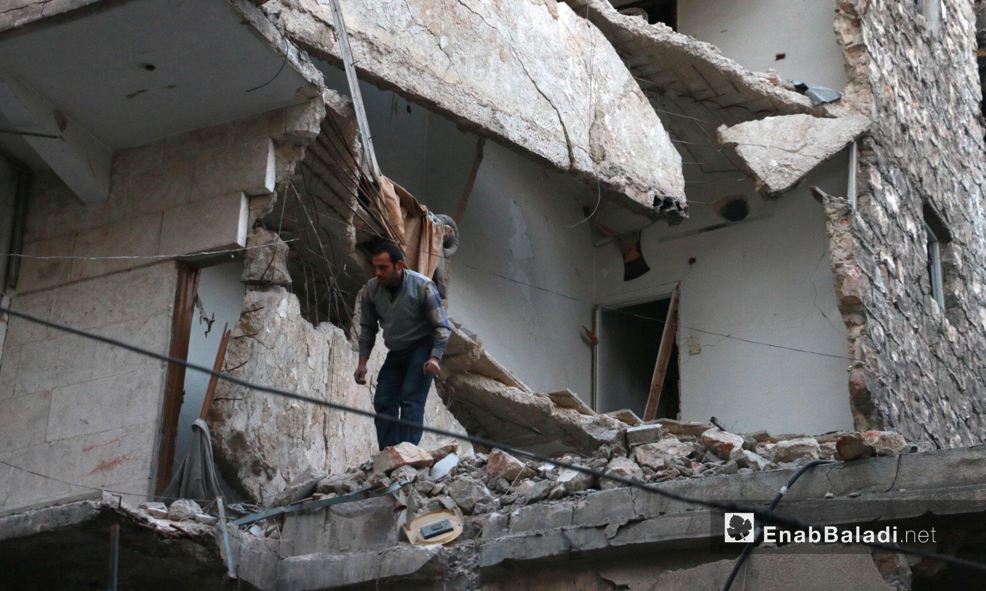 رجل يحاول انتشال جرحى جراء القصف في حي الشعار بحلب - 17 تشرين الثاني 2016 (عنب بلدي)