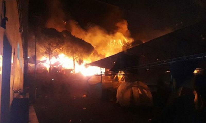 """محتجون يضرمون النار في مخيم """"موريا"""" باليونان - (انترنت)"""