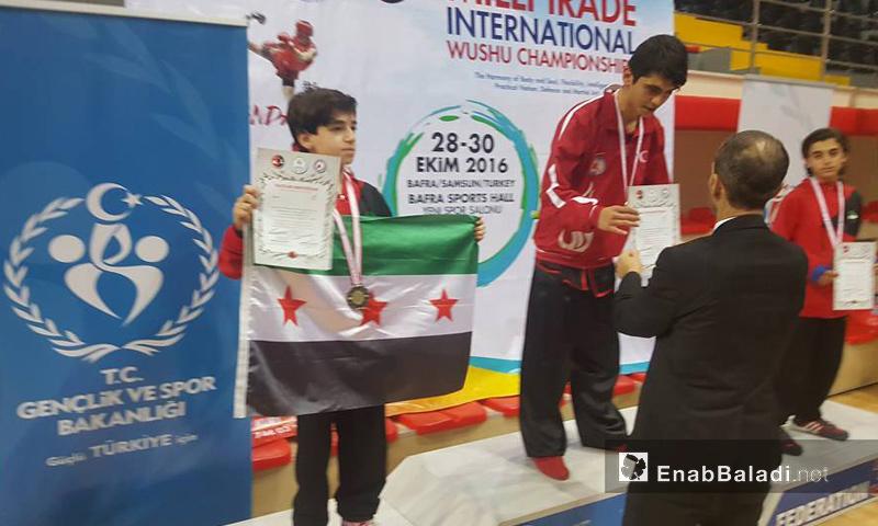 الطفل مجد شيخ نايف ينال الميدالية الفضية في منافسات السالح القصير ضمن بطولة سامسون الدولية في تركيا - 29 تشرين الأول 2016 (عنب بلدي(