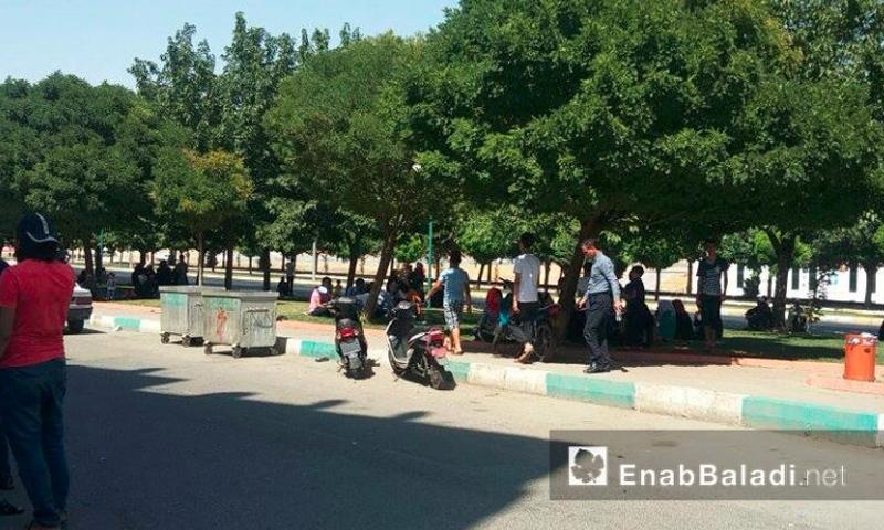 سوريون ينتظرون أمام مركز تنسيق أمورهم في أورفة التركية – الاثنين 18 تموز (عنب بلدي)