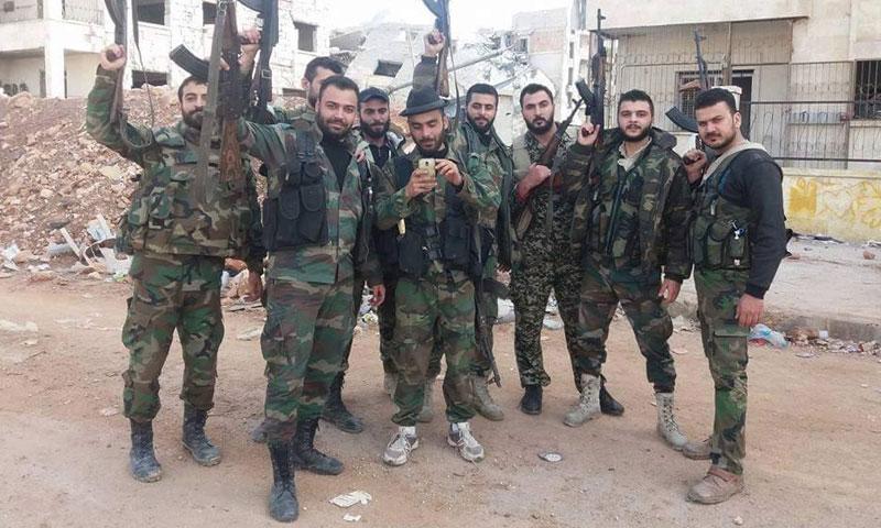 """عناصر من قوات الأسد داخل مشروع """"1070 شقة"""" جنوب حلب- 8 تشرين الثاني (فيس بوك)"""