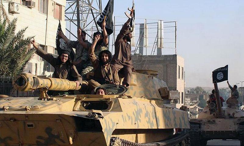 مقاتلين من تنظيم الدولة الإسلامية في مدينة الرقة (انترنت)