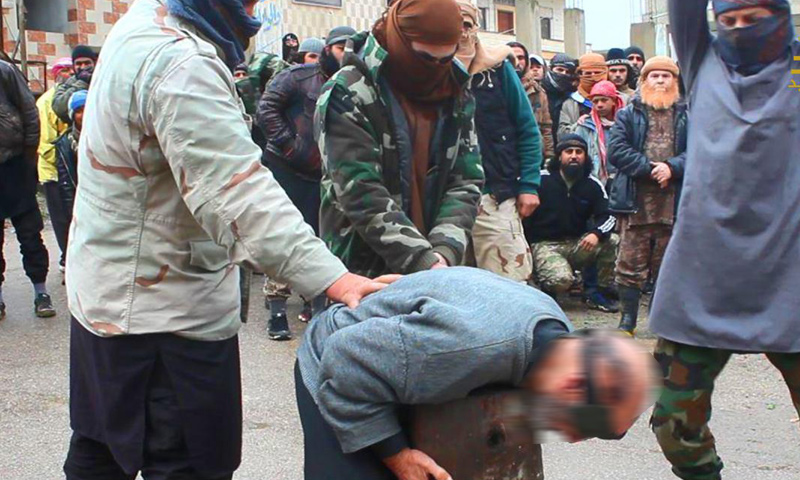 لحظة إعدام رجل في قرية الشجرة في حوض اليرموك- الاثنين 26 كانون الأول (جيش خالد)