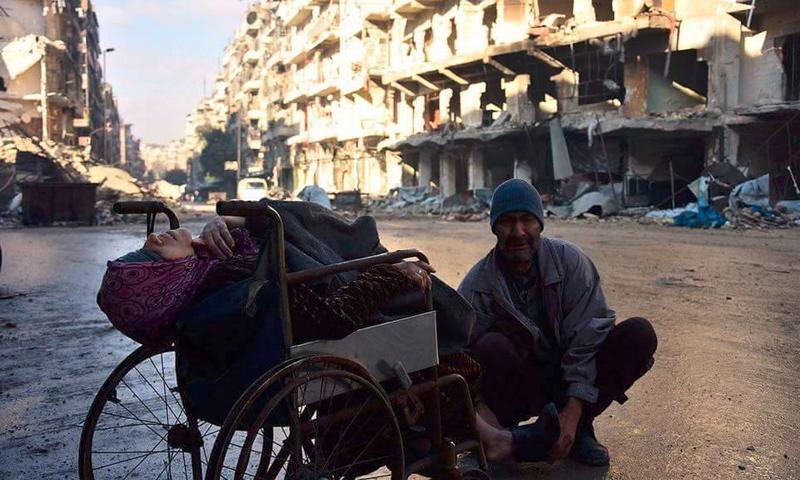 عجوز داخل مدينة حلب عجز عن الفرار بزوجته - 7 كانون الأول 2016 (ناشطون)
