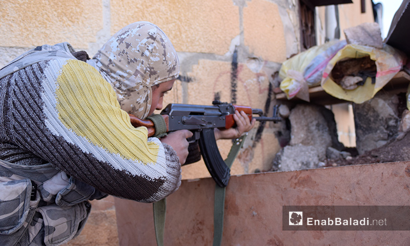 عناصر من قوات المعارضة داخل حي العويجة في حلب - تشرين الثاني 2016 (عنب بلدي)