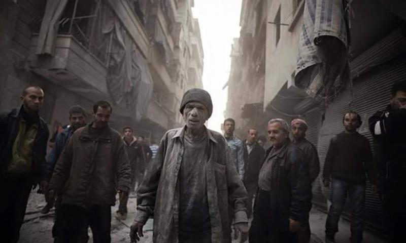 ناجون من قصف في حلب (إنترنت)