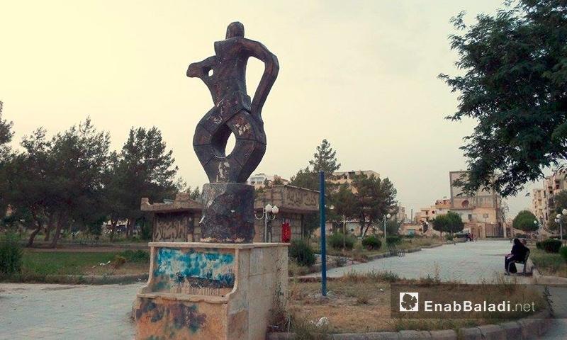 """نصب """"الدلة"""" داخل حديقة """"البيضة"""" في الرقة - 2013 (أرشيف عنب بلدي)"""
