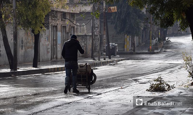 رجل ينزح من حي الشعار في مدينة حلب - كانون الأول 2016 (عنب بلدي)